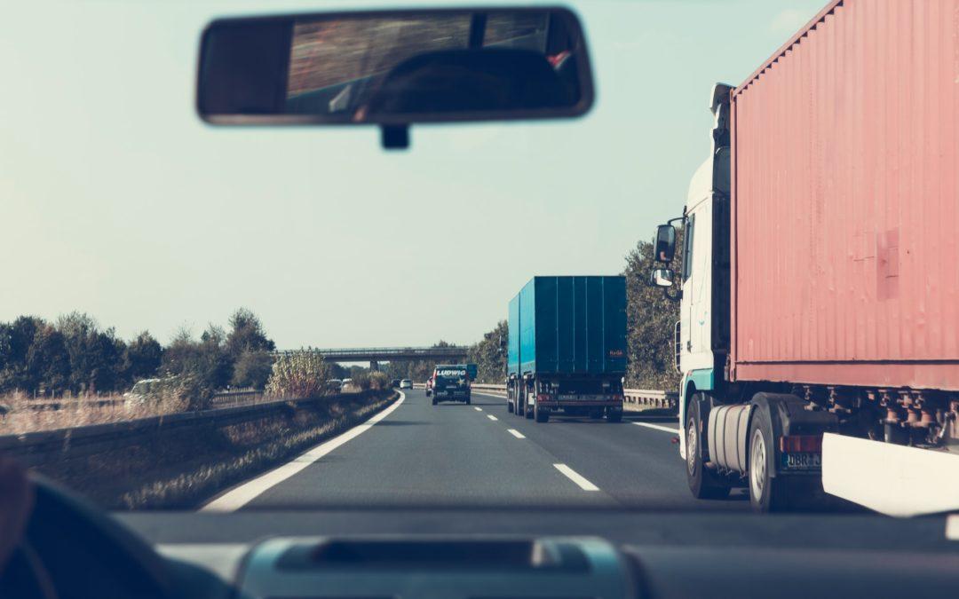 Czołowe zderzenie na autostradzie – jechała pod prąd, by ominąć korki