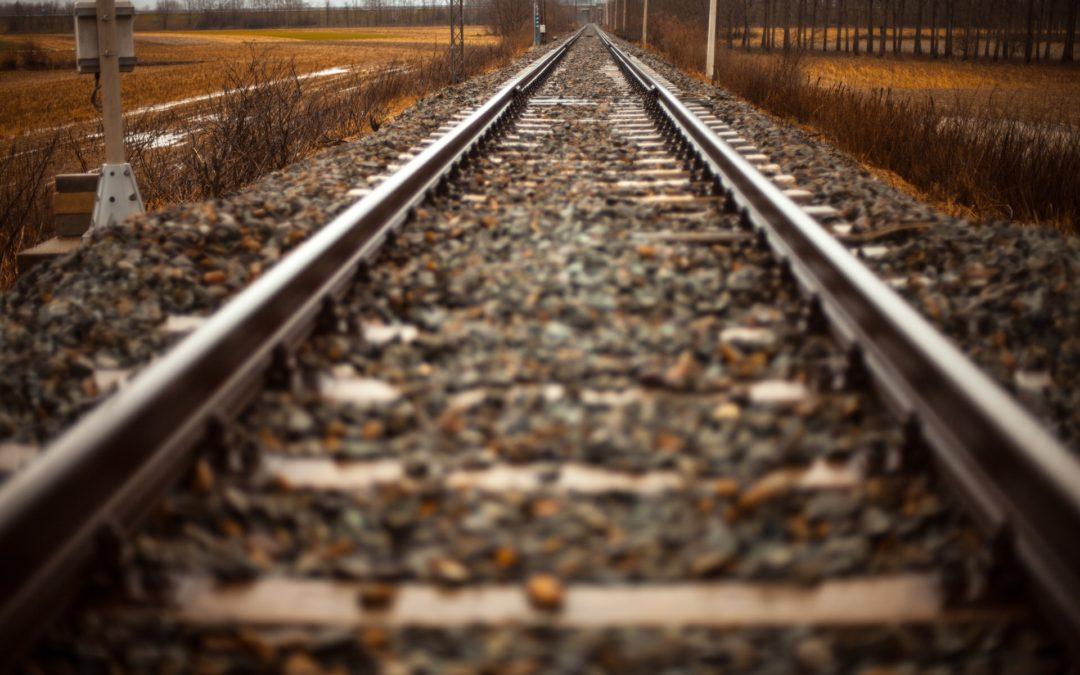 Kolejny niebezpieczny przejazd. Pociąg jedzie, szlabany otwarte (video)