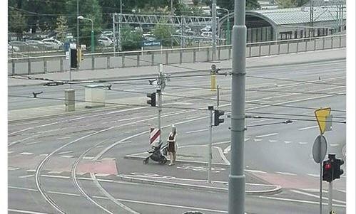 Z dzieckiem w wózku przez jezdnie przy Bałtyku