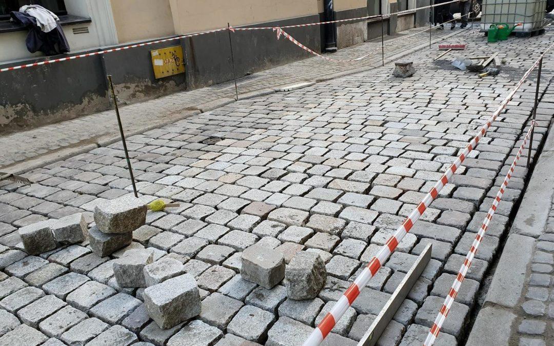 Remontują nawierzchnię na ulicy Kramarskiej. Zyskają rowerzyści