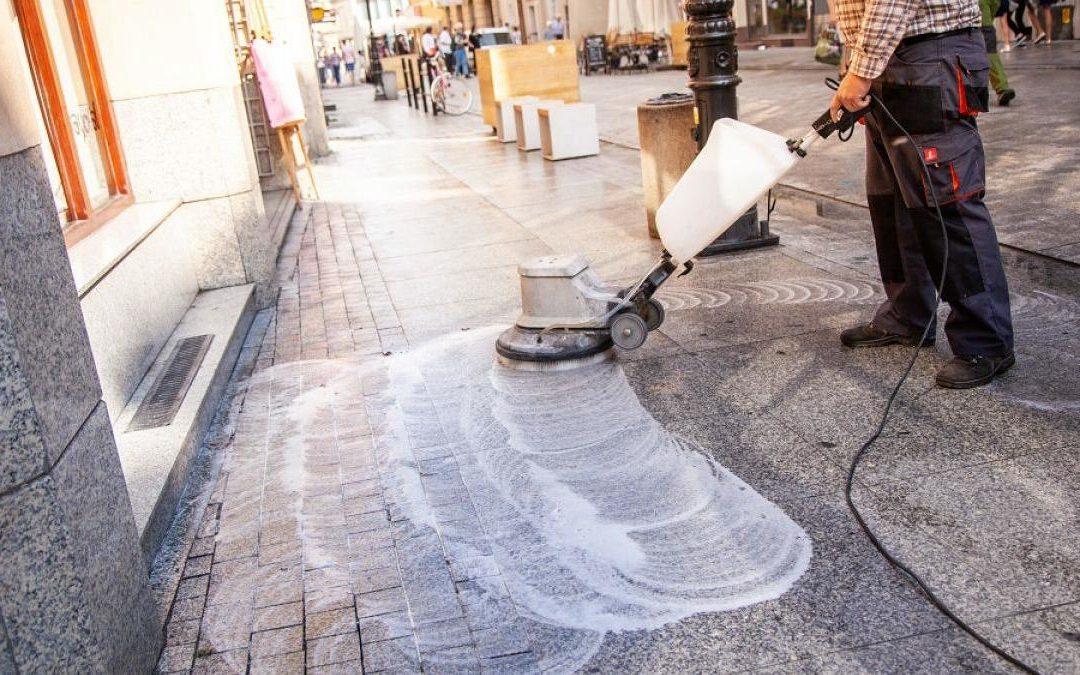 Myją chodnik w centrum Poznania