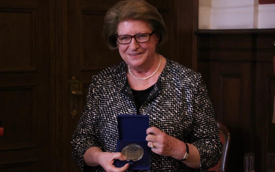 Prof. Hanna Suchocka z medalem Homini Vere Academico