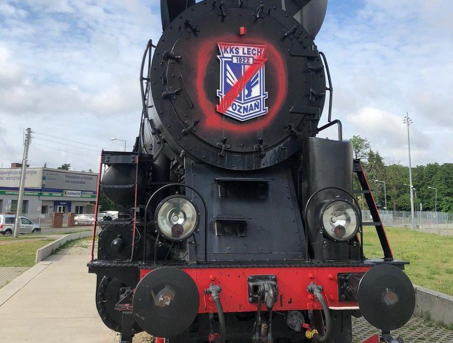 Wandale zniszczyli poznańską lokomotywę, która stoi pod stadionem miejskim
