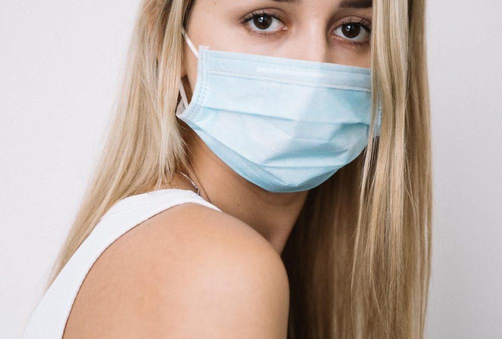 Kobiety częściej zarażają się koronawirusem – nowe dane